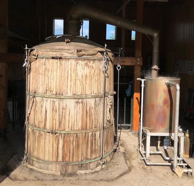 およそ2時間ほどかけて蒸留。蒸留小屋にハッカの香りが広がります。